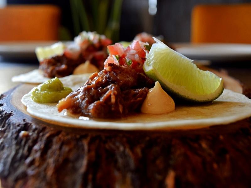 Tacos de rabo de toro con mayonesa de pimentón