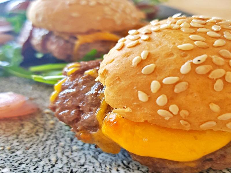 Trio de mini hamburguesas de Wagyu con salsa Malabar